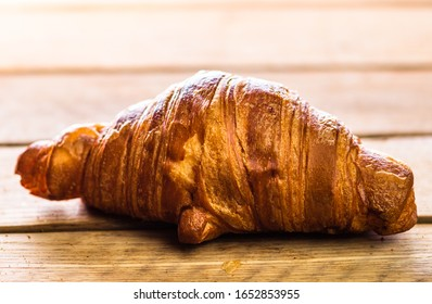 Detail des frischen Croissants auf Holztisch. Das Konzept des Frühstücks. Draufsicht und Kopienraum