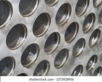 Detail des industriellen Wärmetauschers, einer Schale und eines Rohrkondensators, aus rostfreiem Stahl.