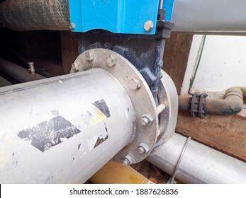 Detail der Kniffatventil Flansche mit Steuerung durch servoangetriebenen Motor und dick ummantelte Schlammleitung aus Chromstahl