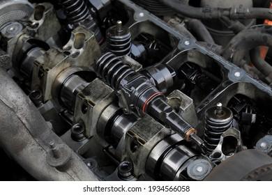 Detail der modernen Reparatur von Dieselmotoren, Nahaufnahme von Einspritzdüsen im Zylinderkopf mit Nockenwelle