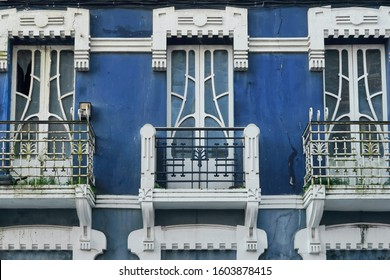 Detail of a modernist facade in the municipality of Sada. Dinteles and secessionist style railings frame a beautiful window of curved carpentry Sada (Coruna), Galicia, Spain 29/12/2019