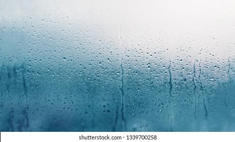 Detail der Feuchtigkeitskondensationsprobleme, heißer Wasserdampf, der auf dem kalten Glas kondensiert ist, Nahaufnahme