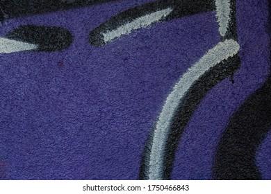 violettes Graffiti an einer Wand