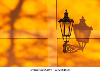 夕暮れ時の壁のレトロな街灯の詳細。チェコ共和国プラハ