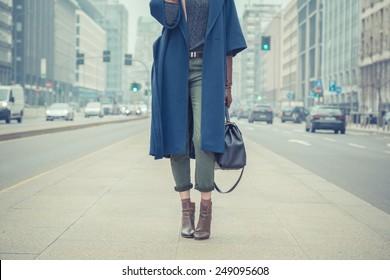 Detalhe de uma jovem elegante posando nas ruas da cidade