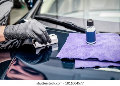 detailing specialist eliminates scratches on the car