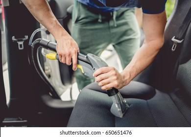 Details der Autoreinigung - männlich mit professionellem Dampfvakuumdruck für schmutziges Autoinnere