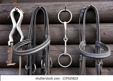 Details der Vielfalt der verwendeten Pferderinnen, Hintergrund der Holzhütte