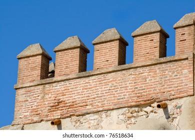 Detalle del castillo que encumbra la ciudad de Aracena, situada en la sierra del mismo nombre. / Detail of the castle that raise Aracena's city, placed in the mountain range of the same name.