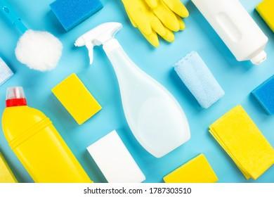 Waschmittel und Reinigungsmittel, Schwämme, Servietten und Gummihandschuhe, blauer Hintergrund. Draufsicht