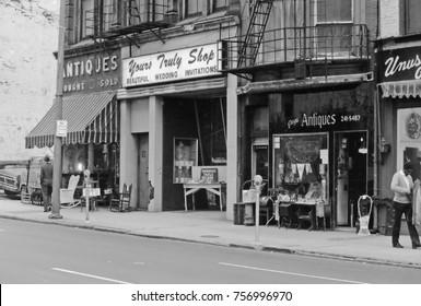 DETROIT –SEPTEMBER 11, 1975: antique shop in the city center. Place with great atmosphere.