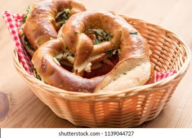 Deutsche Schnittlauchbrezel mit Butter im Brotkorb