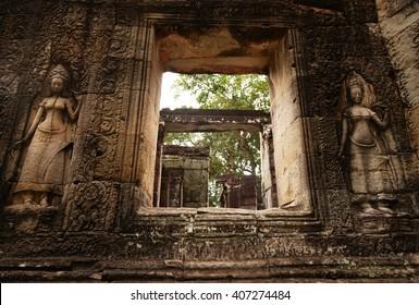 Devatas at Banteay Kdei temple