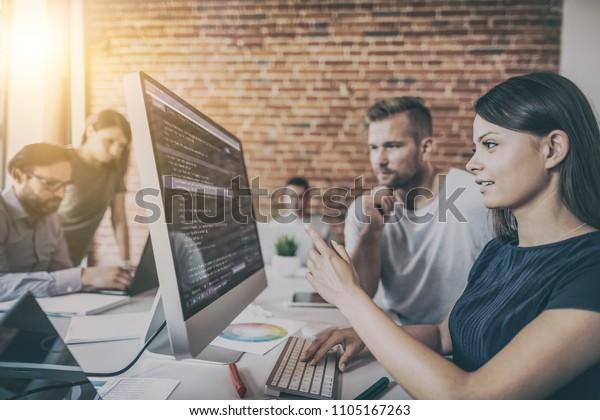 Entwicklung von Programmierungs- und Programmiertechnologien. Website-Design. Programmierer, die in einer Software entwickeln Firmenbüro.