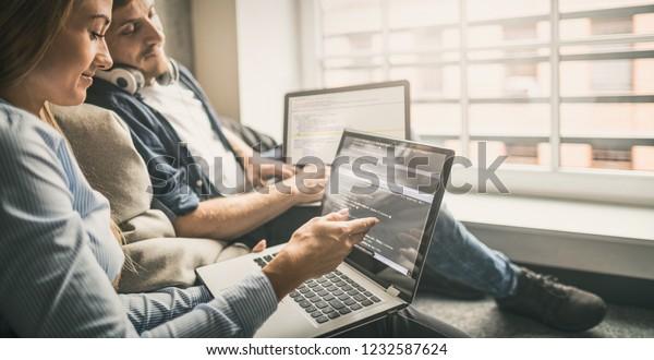 Entwicklung von Programmierungs- und Programmiertechnologien.Website-Design. Programmierer, die in einer Software entwickeln Firmenbüro.