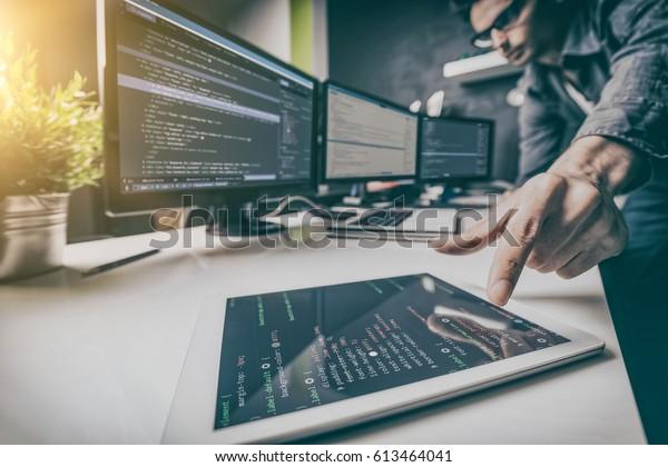 Entwicklung von Programmierungs- und Programmiertechnologien. Website-Design. Cyberspace-Konzept.
