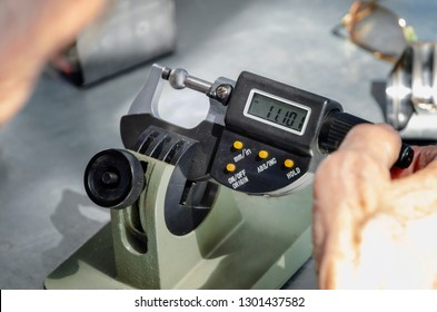 Device for measuring the thickness of a metal product