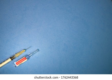 Dexamethasone ampoule, in Portuguese, with syringe on a blue background.