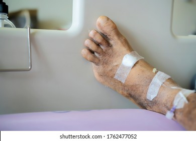 Diabetic patients were cut off the little finger. Recuperate at the hospital trying