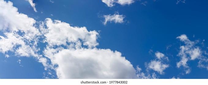 Dicke weiße Wolken am blauen Himmel