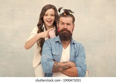 Ich habe es getan. kleines Mädchen machte komische Frisur für Papa. Tochter und Vater spielen zusammen. Haare listen ihre zukünftige Karriere. Vater genießt Zeit mit dem Kind. Zusammengehörigkeit. Zeit zusammen zu Hause verbringen.