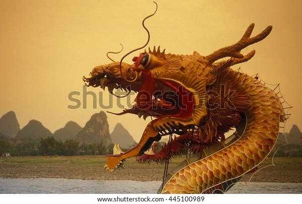 Die Karstberglandschaft am Li River bei Yangshou nahe der Stadt Guilin in der Provinz Guangxi in Sued China in Ostasien.