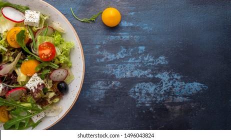Diät und gesunder Gemüsesalat. Konzept der gesunden Ernährung. Draufsicht. Leerzeichen kopieren
