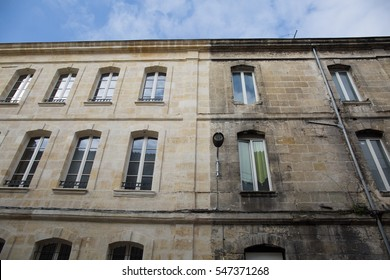 Difference between a wash cleaned house facade and a dirty one in a cit, before and after