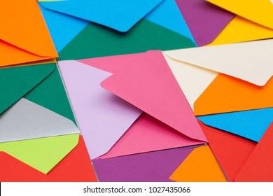 テーブル上の色の違う封筒