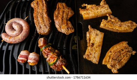 Verschiedene Würste und Fleisch auf einem Gasgrill