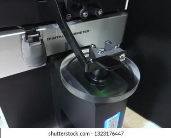 Digital lensmeter measuring unit with optical lens