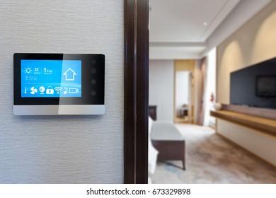 pantalla digital en la pared con sala de estar de lujo moderna