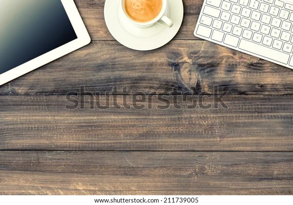 digitale Tablette pc, Tastatur und Tasse Kaffee auf Holztisch