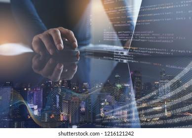 Digitale Technologie, Softwareentwicklung, IoT-Konzept. Doppelbelegung, Mensch-Programmierer, Softwareentwickler, die auf Laptop-Computer arbeiten, Smart City mit großen Daten, Internet-Netzwerk, Computercode