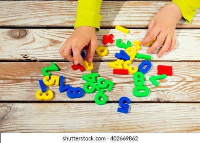 Digits on the table. Child takes numbers
