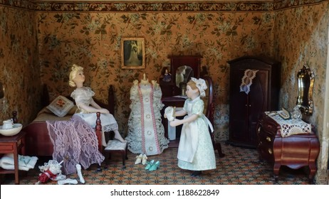 Diorama mini figures servant woman helps woman to dress up in the luxury bedroom