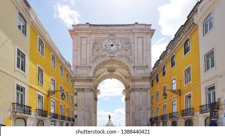 Direct view of the arc de Triomphe in Lisbon from Rua Augusta