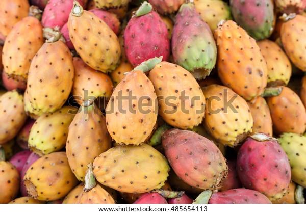 Directement au-dessus de la photo de Prickly Pears entier mûr frais au stand du marché, Sicile