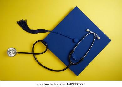 Direkt über der Aufnahme von Mörtel und Stethoscoppe auf gelbem Hintergrund