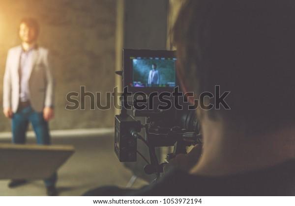 Regisseur und Schauspieler am Filmset