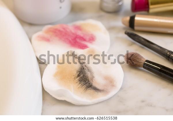 Almohadillas de algodón sucias con maquillaje.