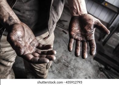 Грязные руки механика на автостанции