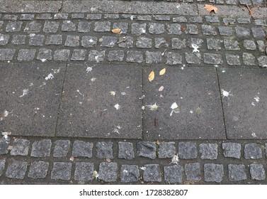 Dirty Pflaster mit verschiedenen Fliesen als Hintergrund mit Kopierraum