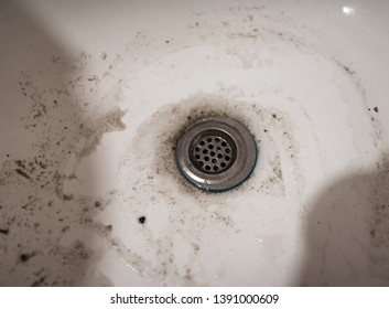 Dirty sink in the kitchen.