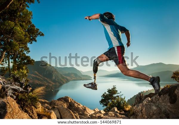 Behinderter Mann mit Prothesen Bein, springen in Patagonien.