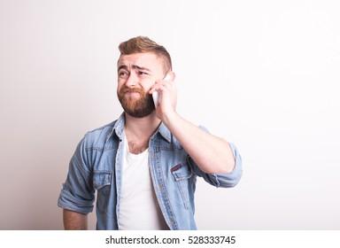 Enttäuschter Mann telefoniert