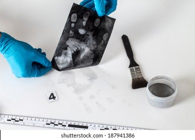Disclosure of forensic evidence using fingerprint powders.