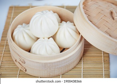 A dish of Chinese steamed buns。