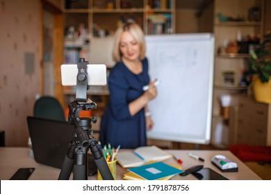 Fernunterricht. Lehrer mittleren Alters, der zu Hause Online-Unterricht über das Internet anbietet, soziale Distanz während der Quarantäne, Selbstisolierung, hybrides Lernen