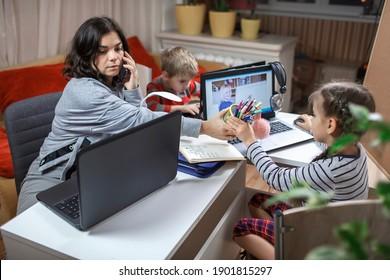 Fernunterricht und Arbeit zu Hause, Kinder, die Hausaufgaben machen und Mutter arbeiten und ihnen helfen. Grundschulkinder während des Online-Unterrichts mit Eltern, die während der Schließung Fernbedienung in einem Zimmer arbeiten